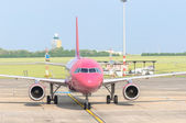 BUDAPEST, HUNGARY - MAY 12: Wizzair airplane ready to take off. — Stock Photo