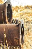 積み上げさびた古いパイプ — ストック写真