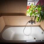 saubere Badewanne im Sommer Licht — Stockfoto