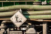 Voiture de déchets toxique avec signal de danger — Photo