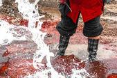 água poluída que flui da torneira — Foto Stock