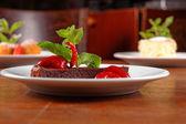 Wth çilekli çikolatalı kek ve kırmızı biber — Stok fotoğraf