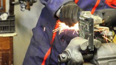 Worker in workshop using an electric grinder — Stock Video
