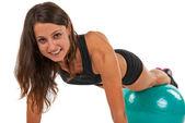 Молодая женщина в студии с фитнес-мячом — Стоковое фото
