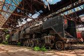 Antigua locomotora industrial en el garaje — Foto de Stock