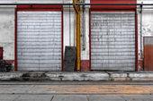 промышленные двери завода — Стоковое фото