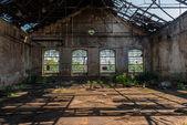 Industriella interiör med starkt ljus — Stockfoto