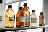 старый лаборатория с много бутылок — Стоковое фото