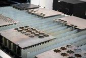 激光切割机切割金属板 — 图库照片