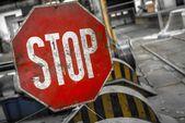 Segnale di stop vecchio arrugginito — Foto Stock