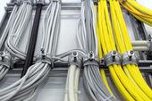 Industriële kabels op de muur — Stockfoto