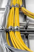 промышленные кабели на стене — Стоковое фото