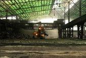 Průmyslový interiér s buldozer uvnitř — Stock fotografie