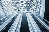 在商务中心的移动扶梯 — 图库照片