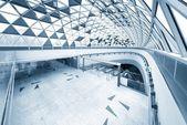 Escada rolante em movimento no centro de negócios — Fotografia Stock