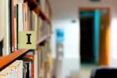 Library bookshelf closeup with letter — Stockfoto