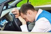 Adam bir arabada uyur — Stok fotoğraf