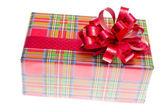 Большая Красная подарочная коробка с лентой, изолированные на белом фоне — Стоковое фото