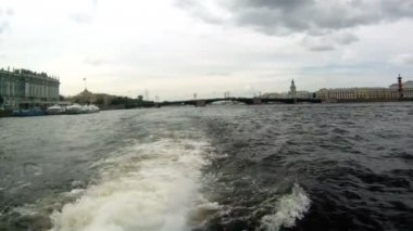Neva Nehri üzerinde tekne Rusya - saint petersburg — Stok video