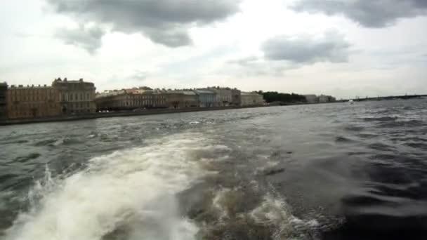 Russie - saint petersbourg - promenade en barque sur la rivière neva — Vidéo