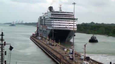 Ships waiting in front Gatun Lock (Panama Canal) — Stock Video