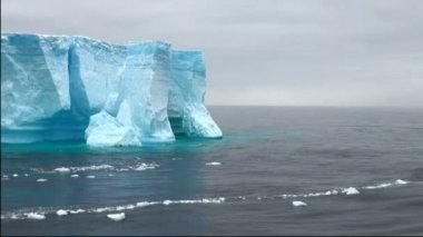 Antartica - Tabular Iceberg in Bransfield Strait - Ice calving — Stock Video