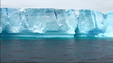 Antartica - Tabular Iceberg in Bransfield Strait — ストックビデオ