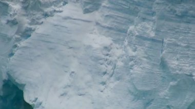 Antartica - Tabular Iceberg in Bransfield Strait - Zoom out — ストックビデオ