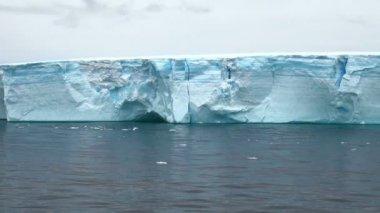 Antarctica - Antarctic Peninsula - Tabular Iceberg in Bransfield Strait — Vidéo