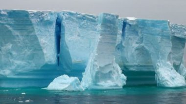 Antarctica - Antarctic Peninsula - Tabular Iceberg in Bransfield Strait — Stock Video