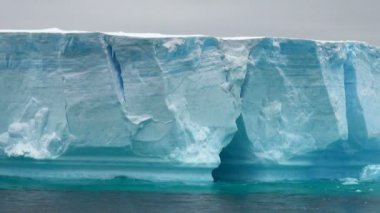 Antarctica - Antarctic Peninsula - Tabular Iceberg in Bransfield Strait — Stockvideo
