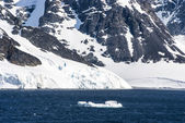 Coastline of Antarctica with ice formations — Stock Photo