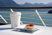 Alaska - Delight With A Strawberry Mini Tart And Hot Drink On The Deck — Stock Photo