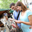 Couple in Paris looking at booksellers - Foto Stock