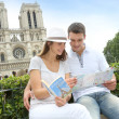Tourist sitting in front of Notre Dame of Paris Cathedral — Stock Photo