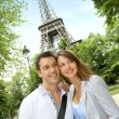 Couple reading tourist map in front of the Eiffel tower — Lizenzfreies Foto