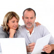 Senior couple at home declaring income on internet — Stock Photo