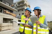 Ingenieros que trabajan en el sitio de construcción — Foto de Stock