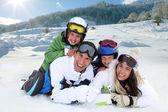 Lycklig familj fastställande i snön — Stockfoto