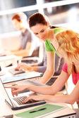Colleghi in ufficio, lavorando con tavoletta — Foto Stock