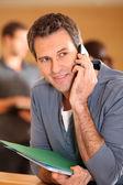 Muž mluví na mobilním telefonu — Stock fotografie
