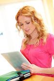 Ritratto di ragazza all'università usando tablet — Foto Stock
