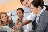 Incontro di lavoro in ufficio con tavoletta elettronica — Foto Stock