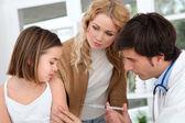 Liten flicka får vaccin injektion — Stockfoto