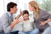 Pareja peleando frente a niño — Foto de Stock