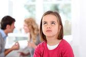 портрет расстроен ребенка с родителей борьба — Стоковое фото