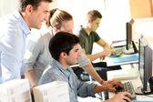 Elever med lärare framför stationär dator — Stockfoto