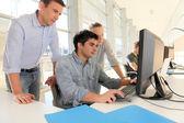 Masaüstü bilgisayar önünde öğretmen öğrencilerle — Stok fotoğraf