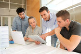 εκπαιδευτικός με τους μαθητές στην αρχιτεκτονική που εργαζόμαστε ηλεκτρονικό, ταμπλετών — Φωτογραφία Αρχείου