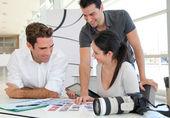 Spotkanie praca w agencja fotograficzna — Zdjęcie stockowe